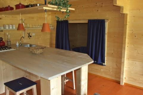 Te Hooi en Te Gras Koloniehuisje interieur met eettafel
