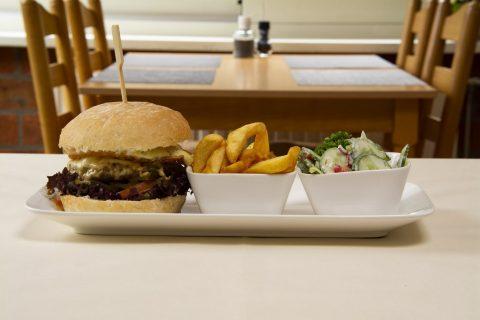 Broodje runderburger Vlaamse-friet Salade