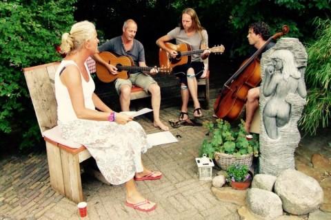 Te Hooi en Te Gras samen muziek maken