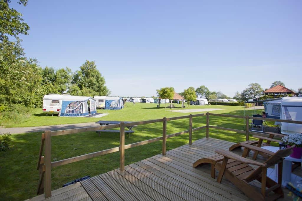 Uitzicht over Camping Het Noordenveld vanaf terras