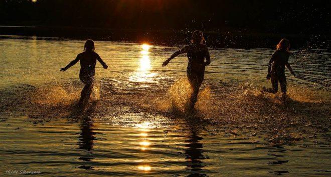 Kinderen spelen in water - Fotograaf Hilde Steensma