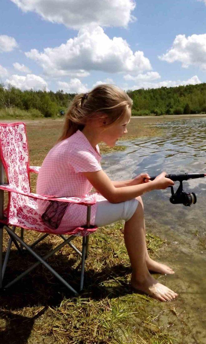 Meisje aan het vissen - Fotograaf Ilse Faber